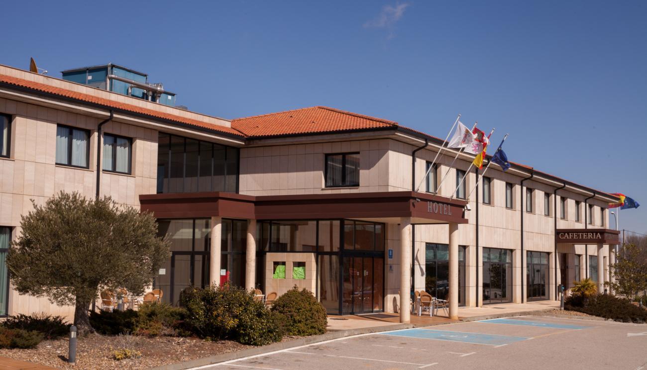 El Hotel y entrada a la Cafetería